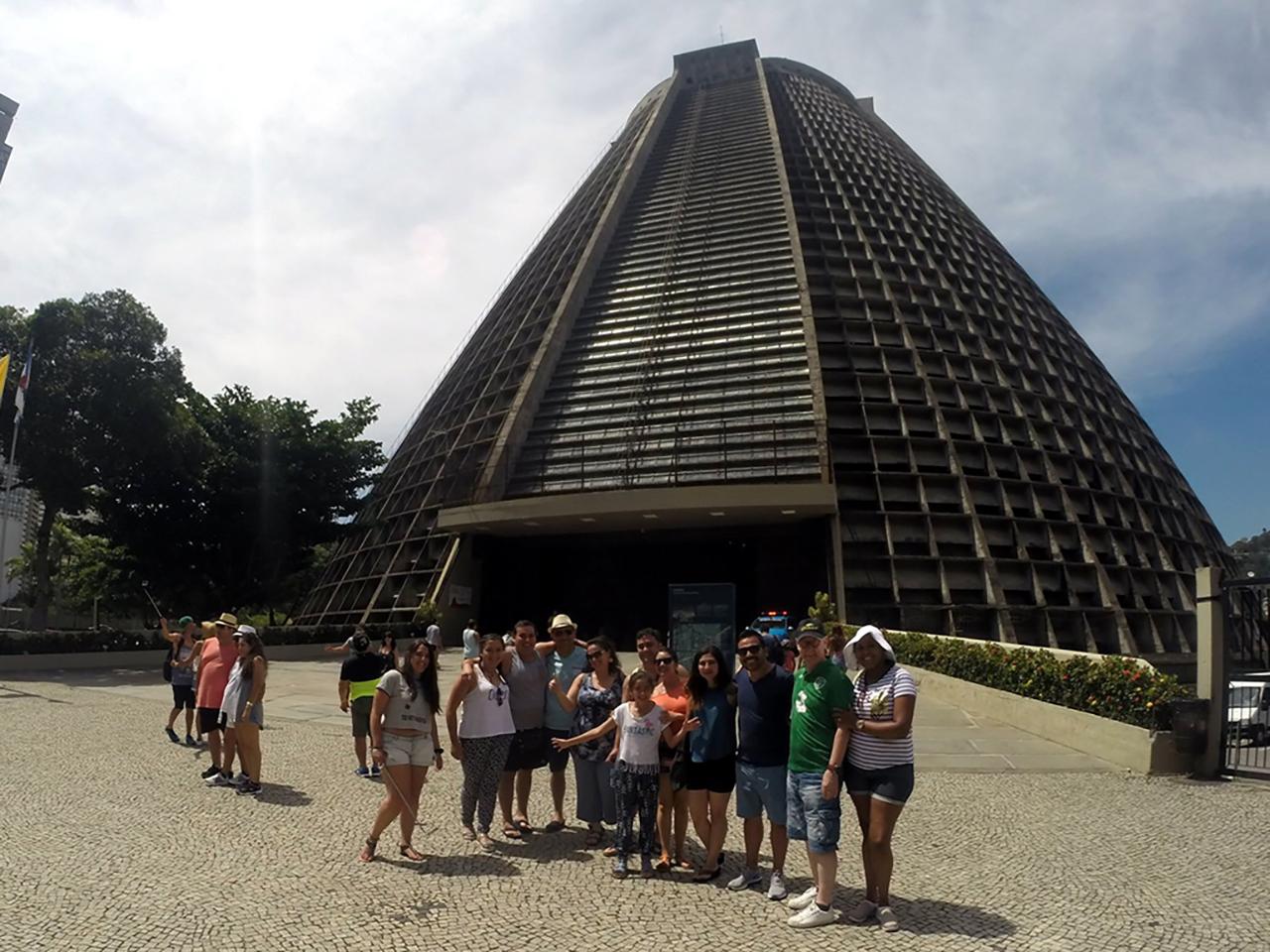 Foto do Grupo na frente da Igreja de São Sebastião